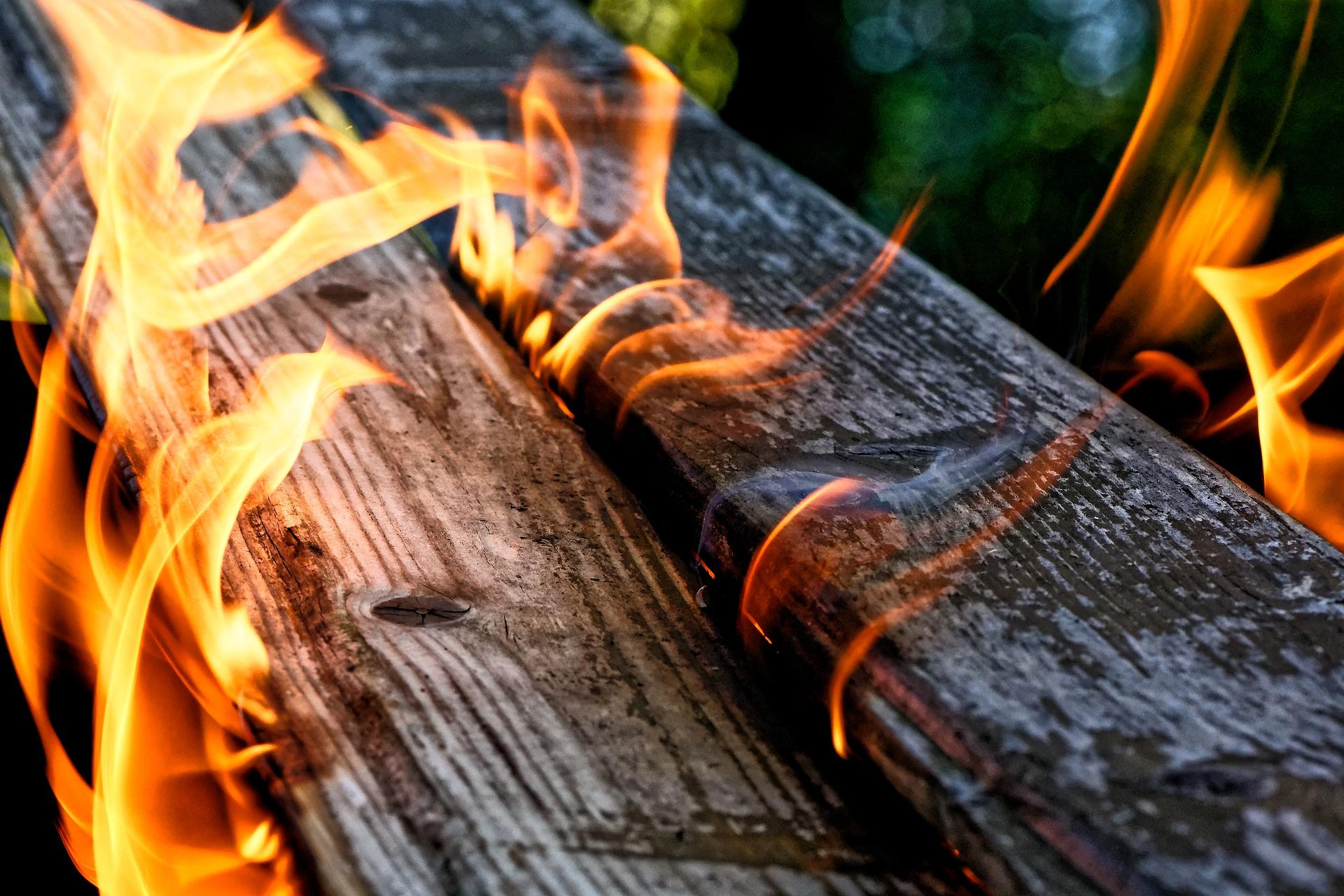 Mehrgeschossige Holzgebäude können Zimmerbrände sicher überstehen